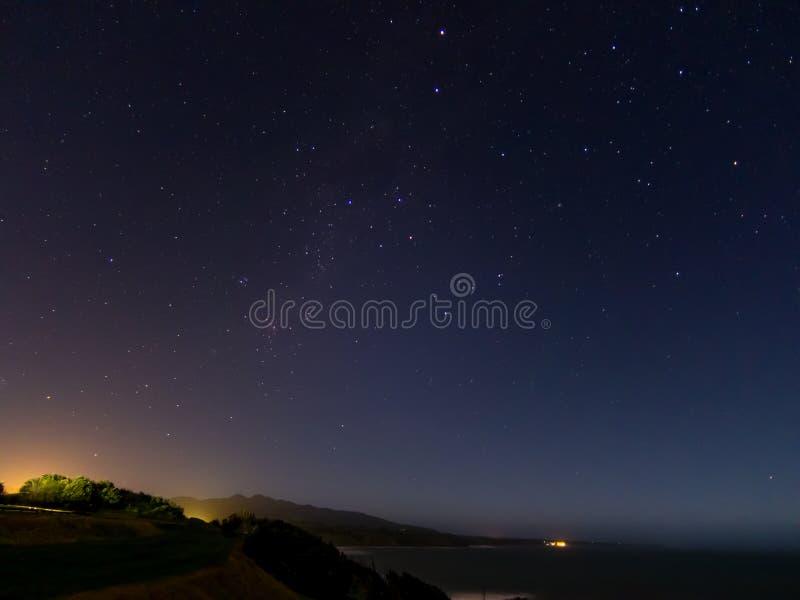 从后面海滩,新普利茅斯-新西兰的夜空 库存图片