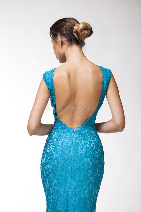 后面看法,绿松石紧的衣裳的美丽的少妇 图库摄影