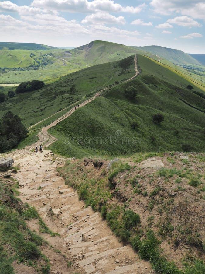 后面突岩陡峭的岩石下降与Mam突岩在背景中,高峰区国立公园,英国的 免版税库存图片