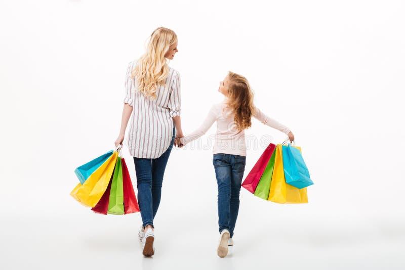 后面观点的一个年轻母亲和她的小女儿 免版税图库摄影