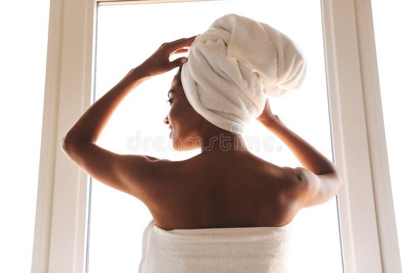 后面观点的一名肉欲的非洲妇女 免版税库存照片