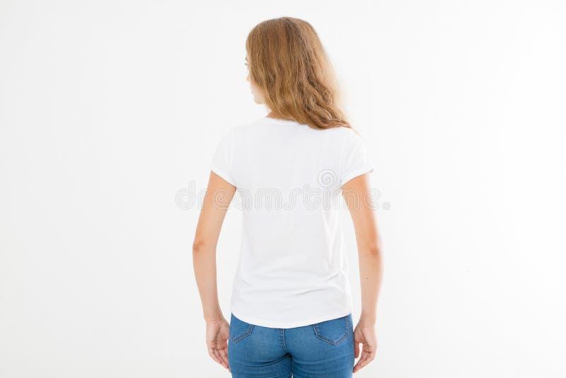 后面观点的年轻白种人, europian妇女,空白的白色T恤杉的女孩 T恤杉设计和人概念 衬衫的硬前胸视图是 库存照片