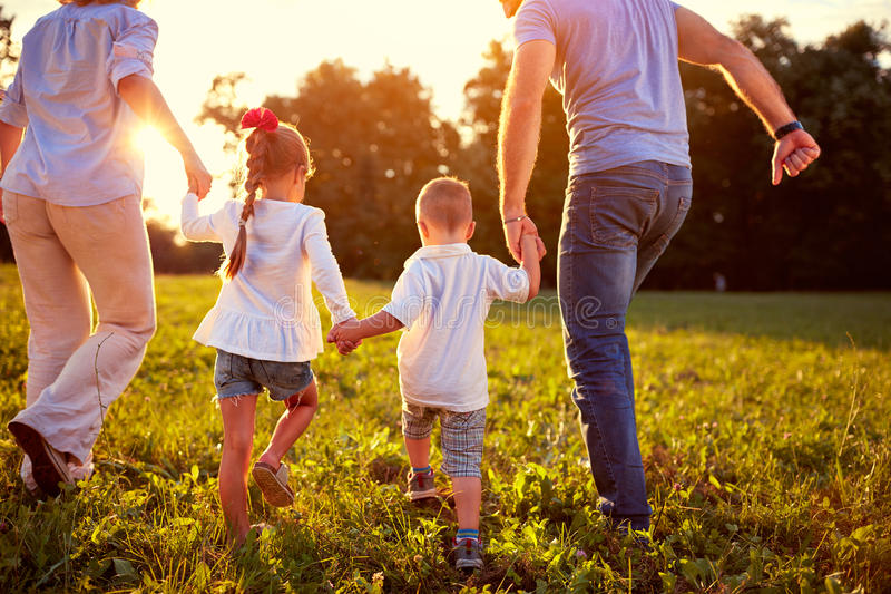 后面观点的有一起孩子的家庭 库存照片