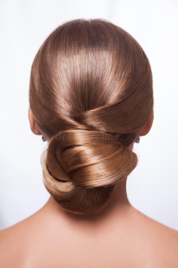 后面观点的有创造性的典雅的发型的美丽的妇女 免版税库存照片