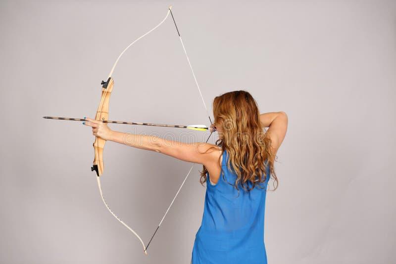 后面观点的有弓箭的女孩 图库摄影