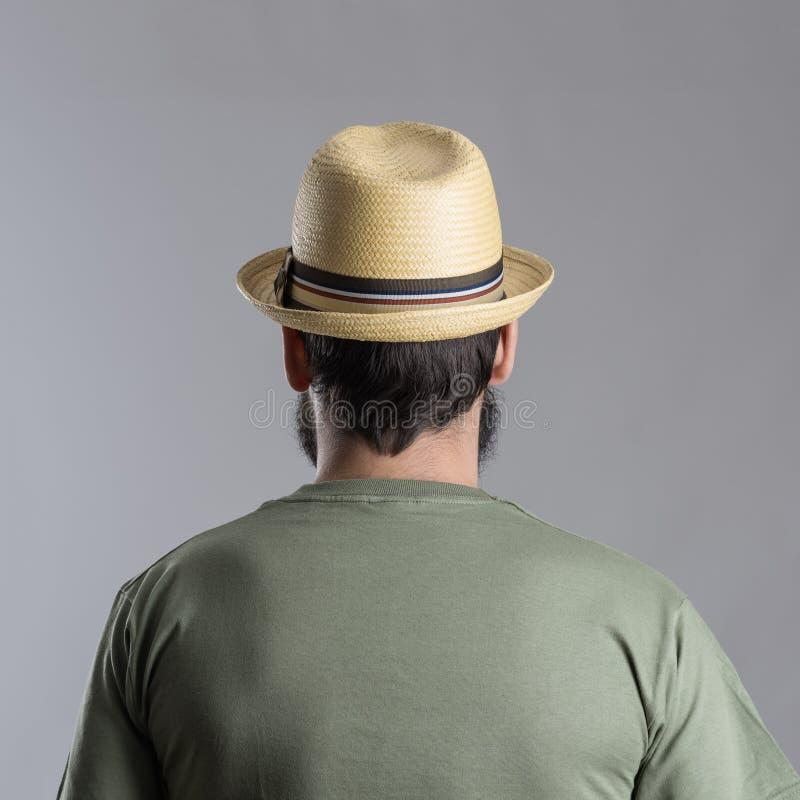 后面观点的有看的草帽的有胡子的人  免版税图库摄影