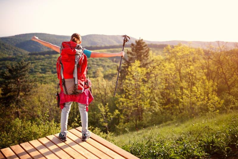 后面观点的有背包的女性徒步旅行者本质上 库存图片