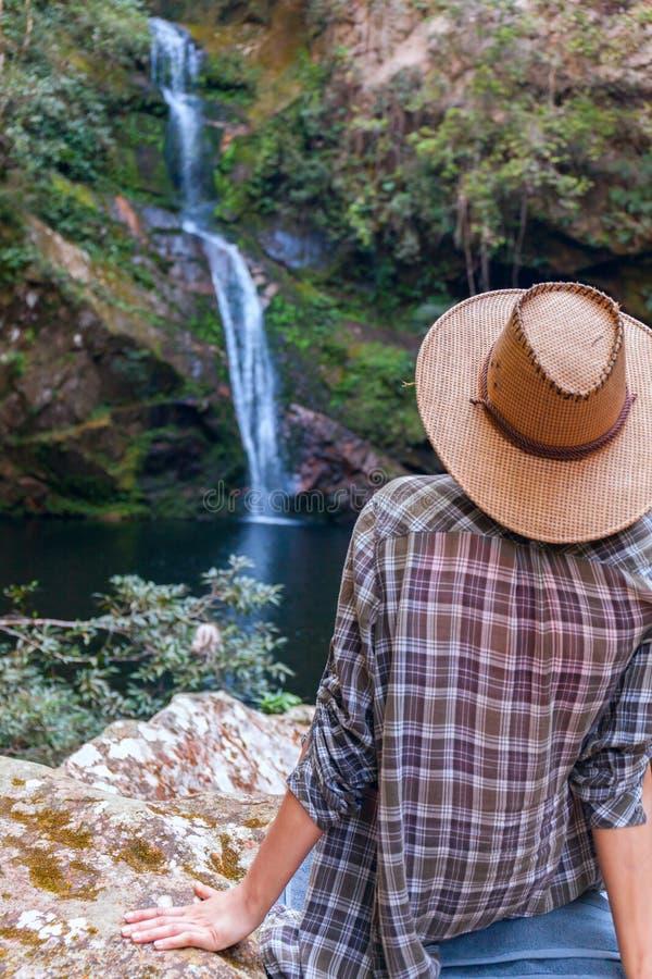看小姐的逼水得到_后面观点的草帽的女孩和看瀑布 白种人小姐看落的水,照片.