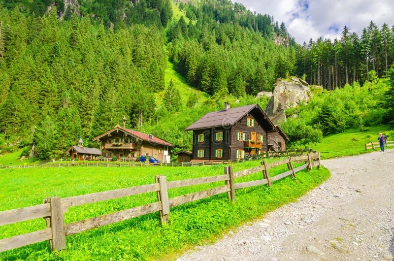 向一个高山房子的乡下公路,奥地利 免版税图库摄影