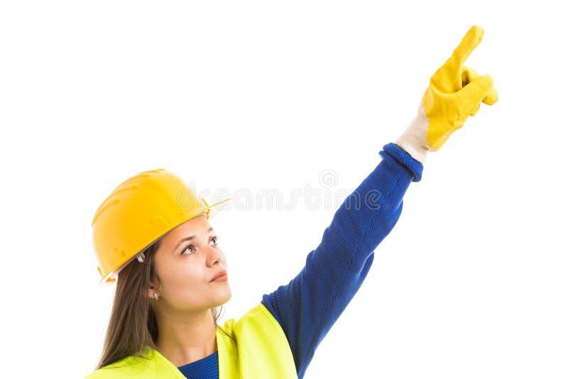 向上指向少妇的工程师 免版税图库摄影