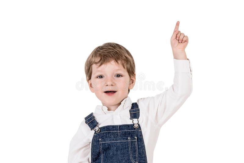 向上指向愉快的可爱的小男孩 免版税库存照片