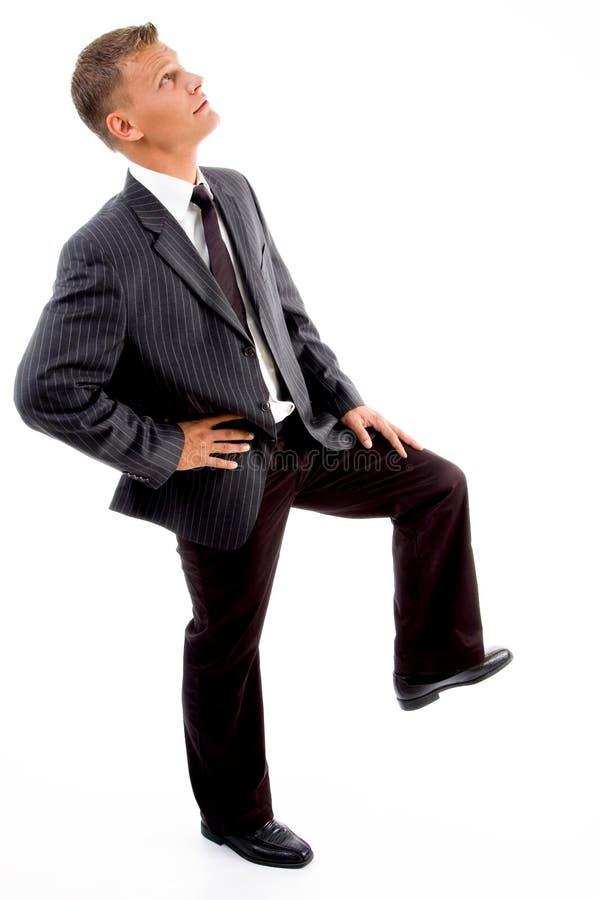向上查找姿势端的生意人 库存照片
