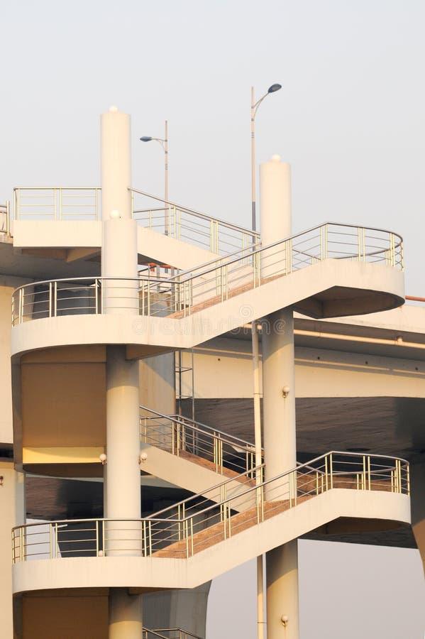 向上桥梁的边路 免版税图库摄影