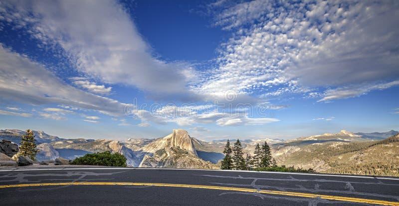 向冰川点的路在优胜美地国家公园 库存图片