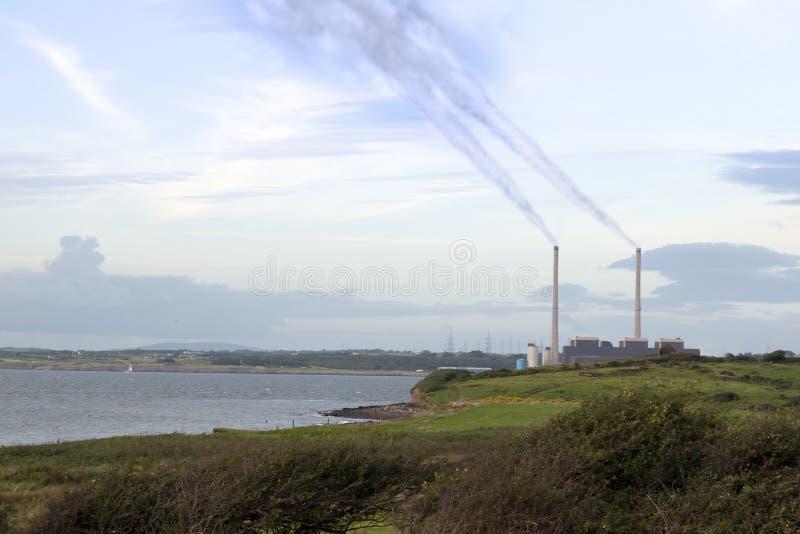 滚滚向前从能源厂总合烟囱的发烟 库存图片