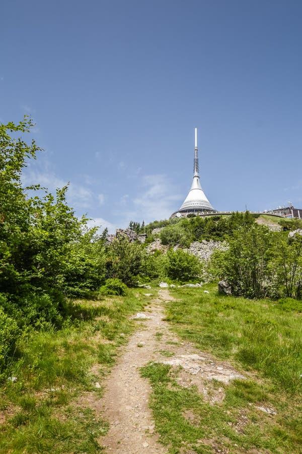 向发射机的路在山上面 免版税库存图片