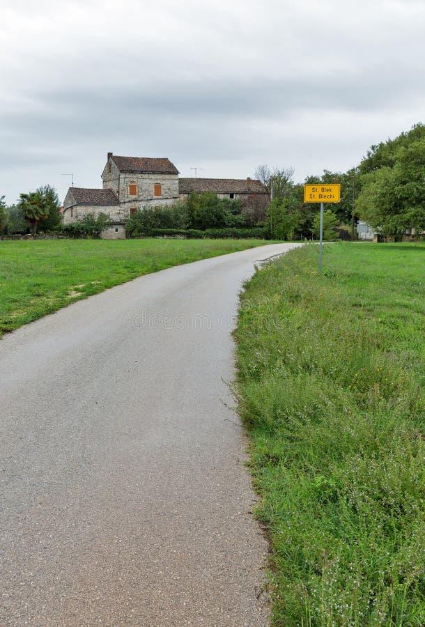 向古老驻地Blek的路在Istria,克罗地亚 免版税库存图片