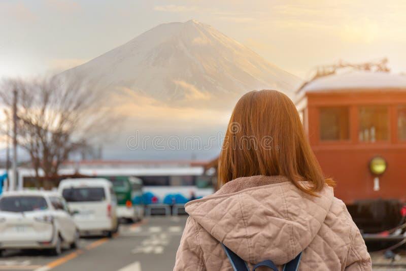 向后站立的年轻女人和观看的富士多山在日本国家 免版税库存照片