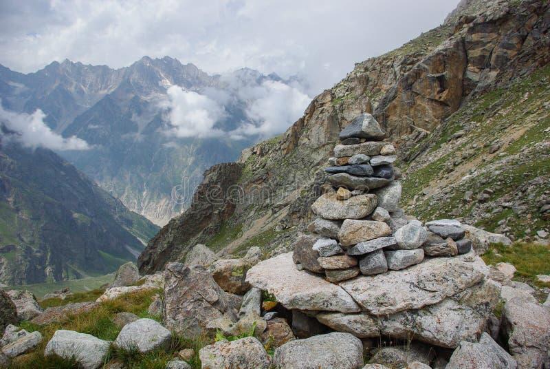 向在山俄罗斯联邦,高加索的建筑学扔石头, 免版税库存照片