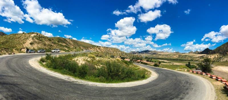 向大草原的一条大弯路在内蒙古 免版税库存图片