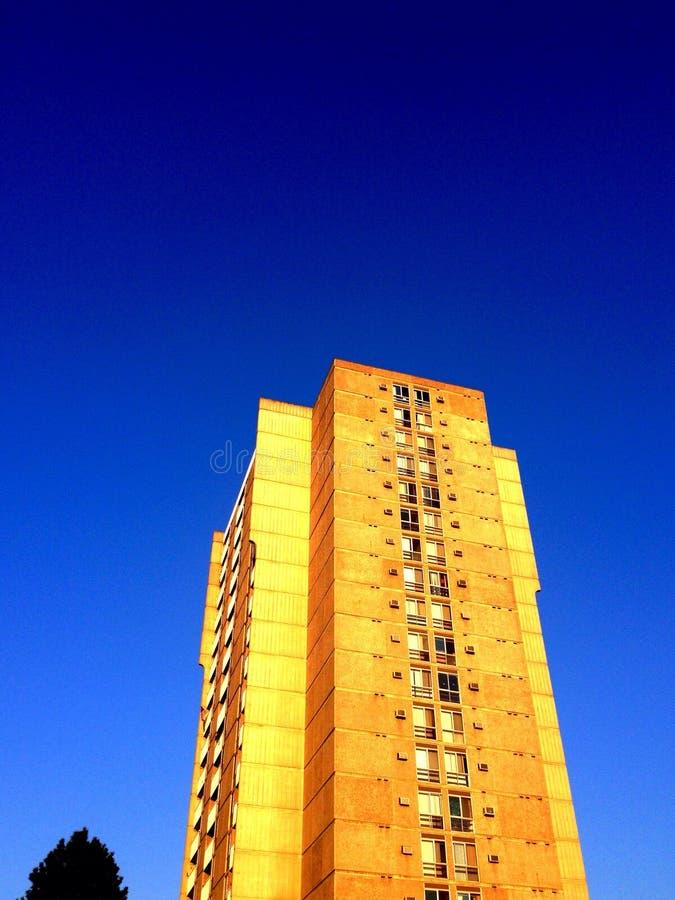向天空看一个水泥的公寓 免版税库存图片