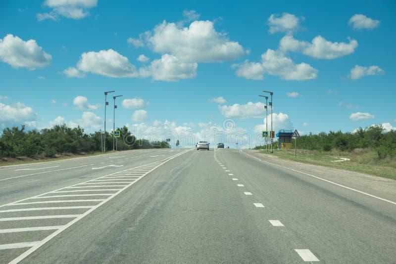 向天际的柏油路在晴天 图库摄影