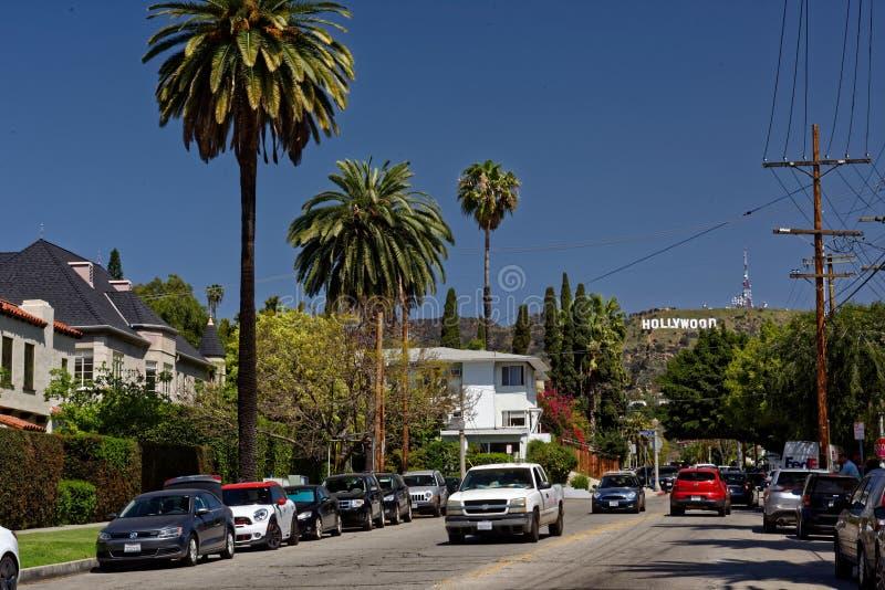 向好莱坞标志的路 库存图片