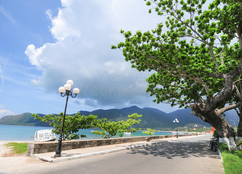 向山的路在昆仑岛海岛 免版税库存照片