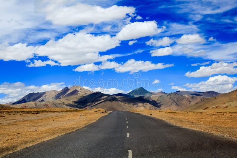 向山的路, Leh,拉达克,印度 图库摄影