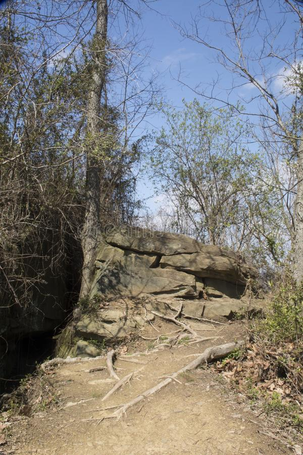 向岩石的泥泞的道路 免版税库存照片