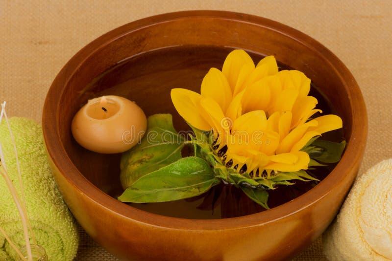 向日葵温泉木盆和蜡烛在棕色背景 库存照片