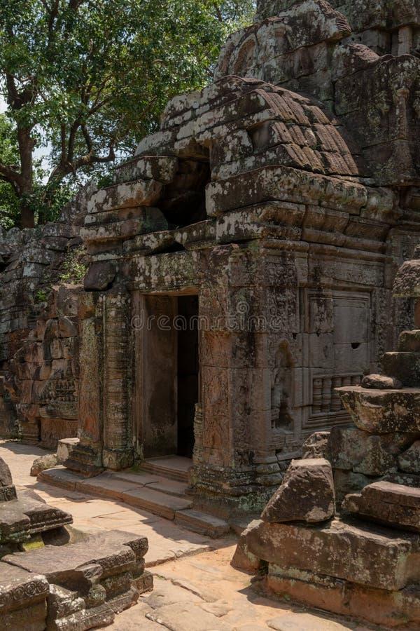 向有被钻孔的屋顶的寺庙扔石头的入口 图库摄影