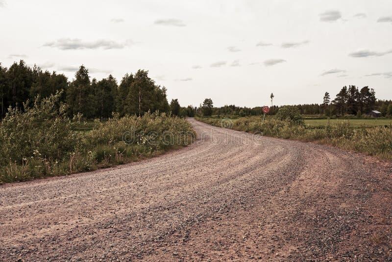 向森林的石渣路 免版税库存照片