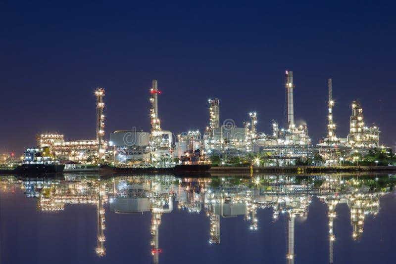 向着海岸的原油精炼厂对petroc的那蒸馏原油 图库摄影