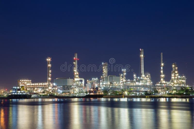 向着海岸的精炼厂在蒸馏原油的泰国从近海油和煤气中央处理平台 免版税库存图片