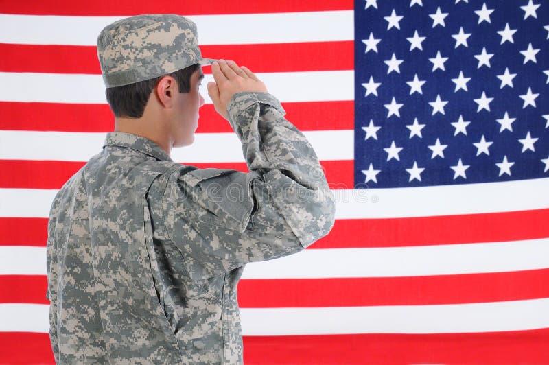 向美国国旗致敬的战士 库存照片