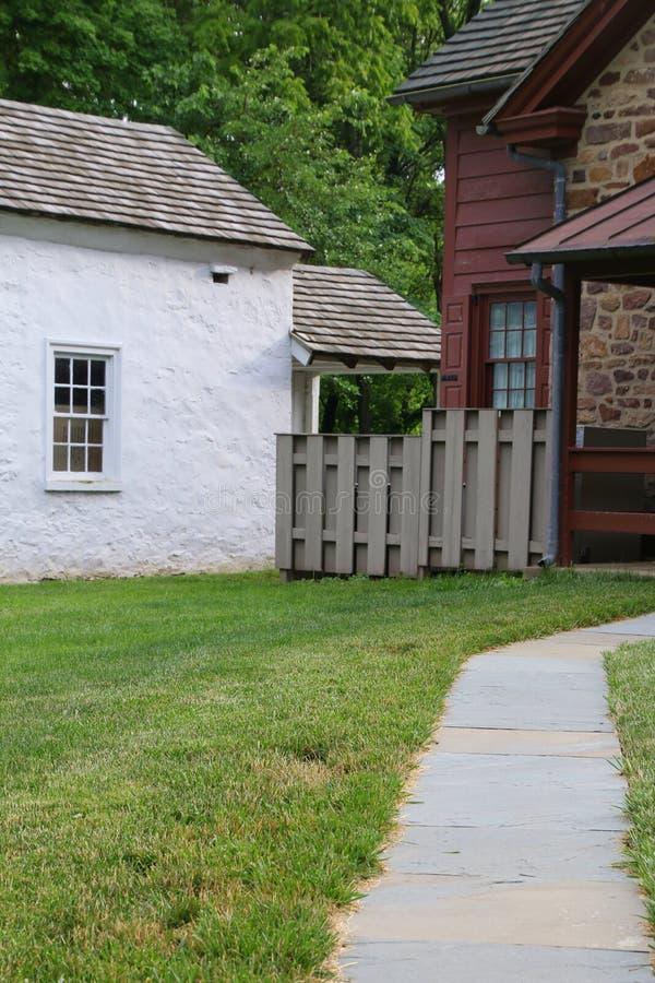 向老农舍的道路 库存图片