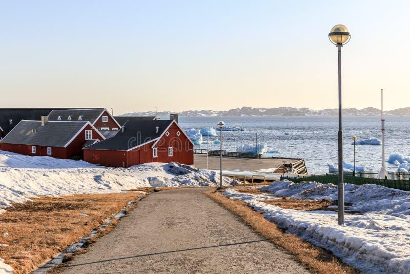 向老港口的路有冰山的在海湾 库存图片