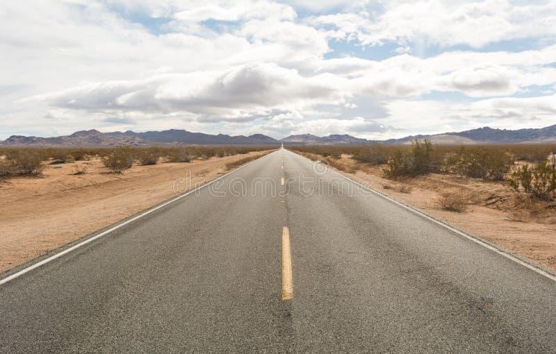 向西不尽的沙漠的高速公路 免版税库存图片