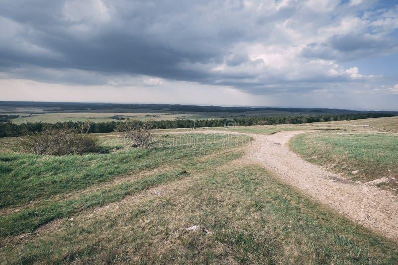 向高原的路在领域中 免版税库存图片