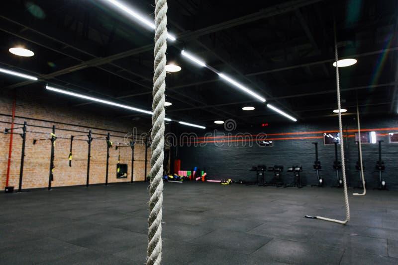 向高处发射健身房的大空的内部健身锻炼的 发怒力量训练 没人 免版税库存照片