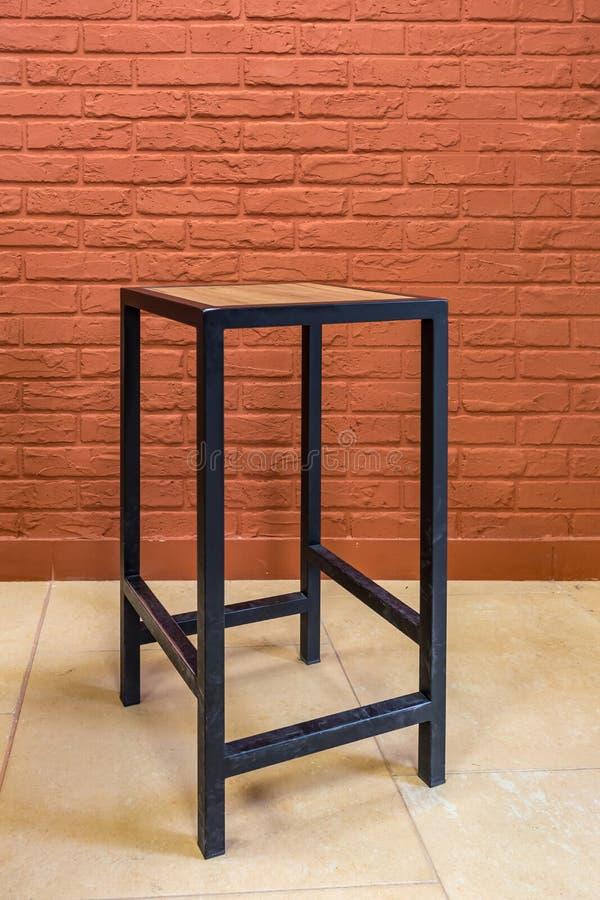 向高处发射在砖墙背景的木家具 图库摄影
