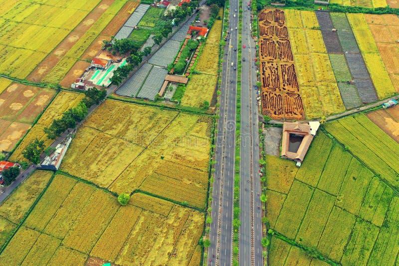 向龙目国际机场的旁路路 库存图片