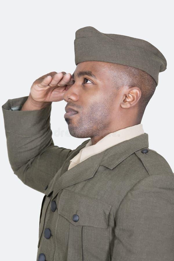 向致敬在灰色背景的男性美国战士 免版税库存照片