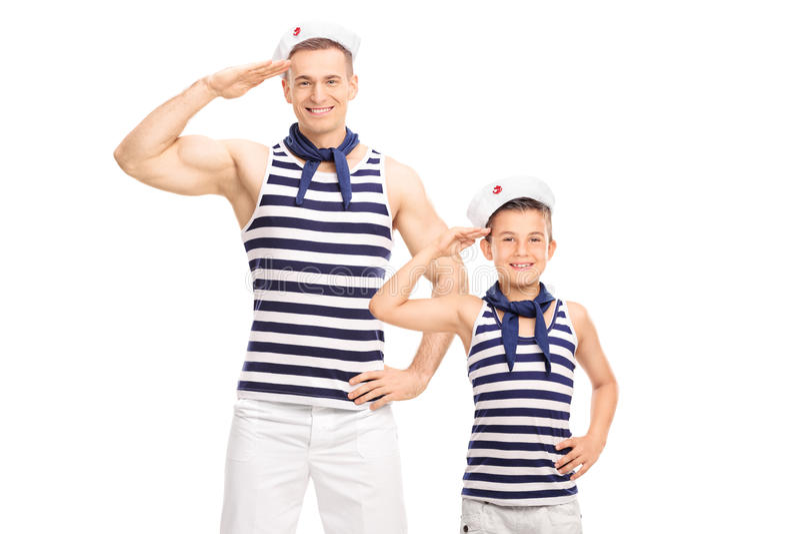 向致敬的父亲和的儿子水手制服的微笑和 库存图片