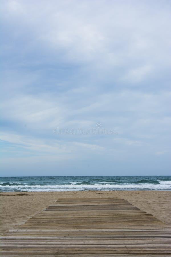 向晴朗的海滩的木道路 库存照片