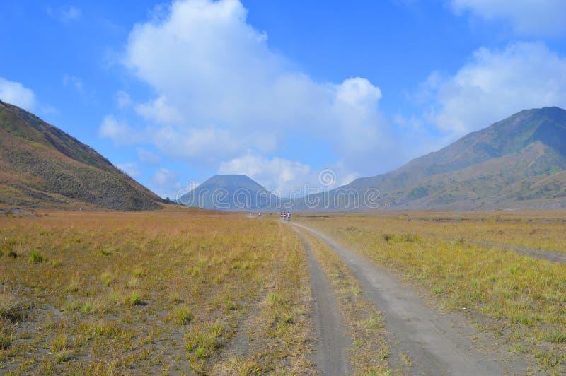 向bromo山,印度尼西亚的路 库存照片