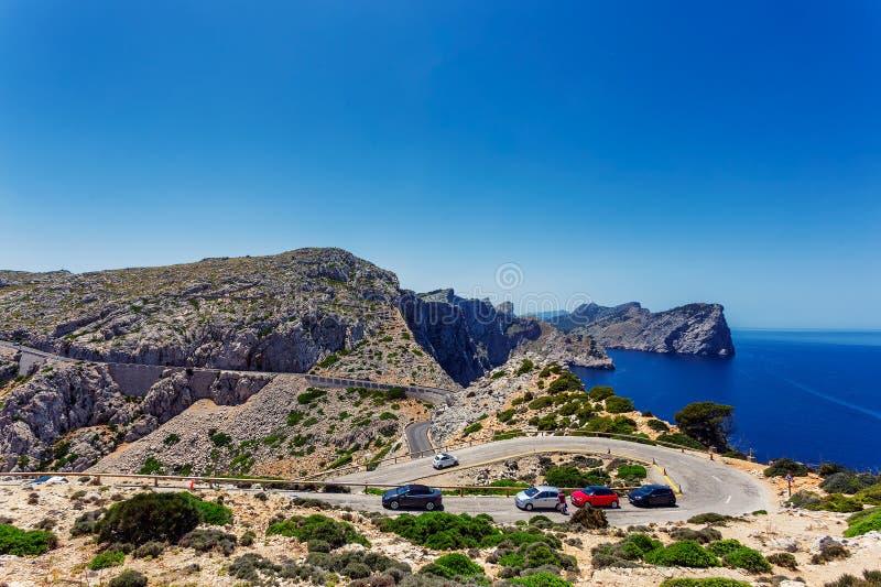 向Cap de Formentor和岩石海岸灯塔的弯曲道路地中海,马略卡 库存照片