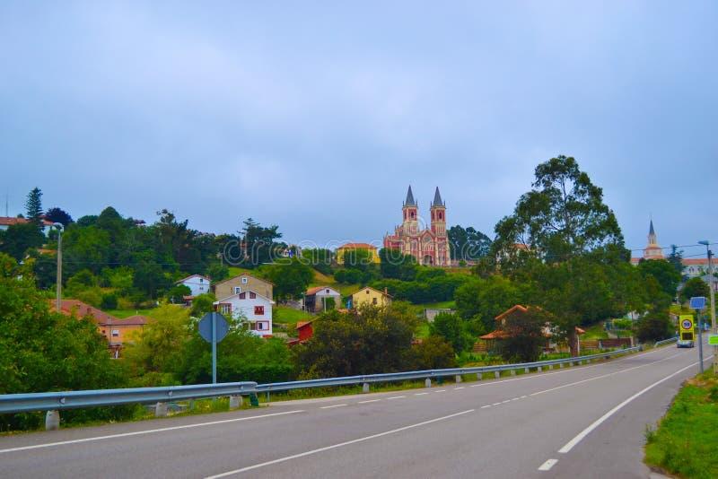 向Cobreces和圣佩德罗火山广告的路联结教会Iglesia de圣 库存照片