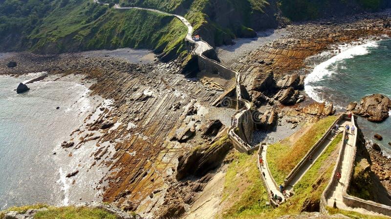 向Gaztelugatxe的石道路从上面小岛观看了 库存照片